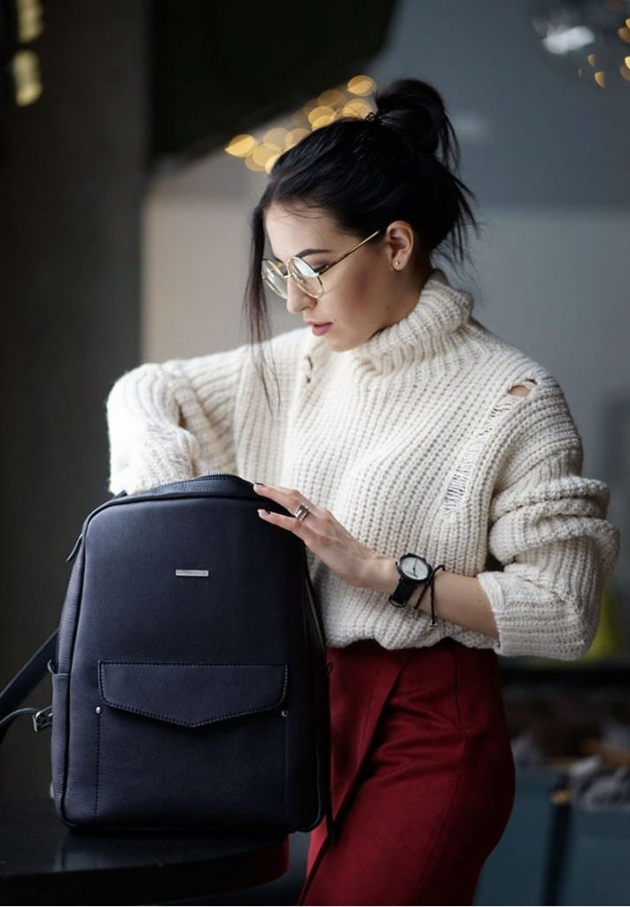 smart-casual-dress-code-with-backpacks1